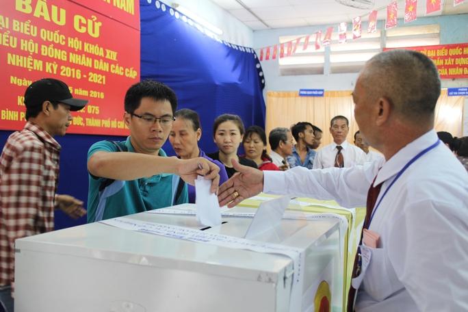 Người dân nô nức đi bầu tại đơn vị bầu cử số 75, quận Thủ Đức, TP HCM