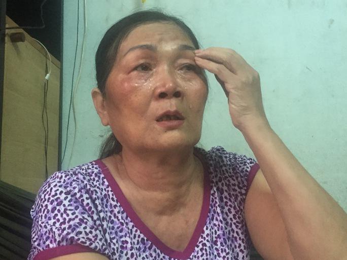 Bà Thi không khi nào ngừng khóc mỗi khi kể về con. Với vai trò người mẹ, bà tìm mọi cách giúp con được sống