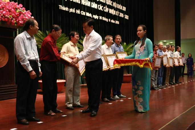 Bí thư Thành ủy TP HCM Đinh La Thăng trao bằng khen cho các cá nhân, tập thể tích cực tham gia công tác tổ chức, đảm bảo cuộc bầu cử thành công tốt đẹp