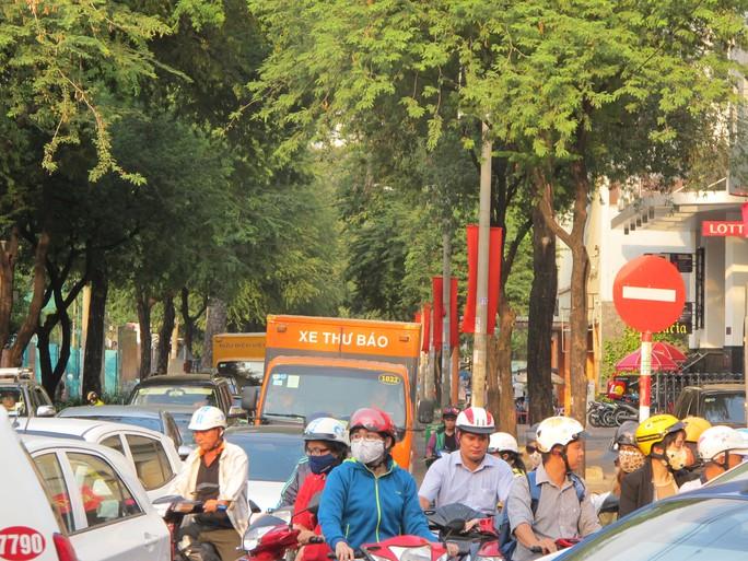 Giao lộ Nguyễn Du - Cách Mạng Tháng 8 xe nhích từng chút một