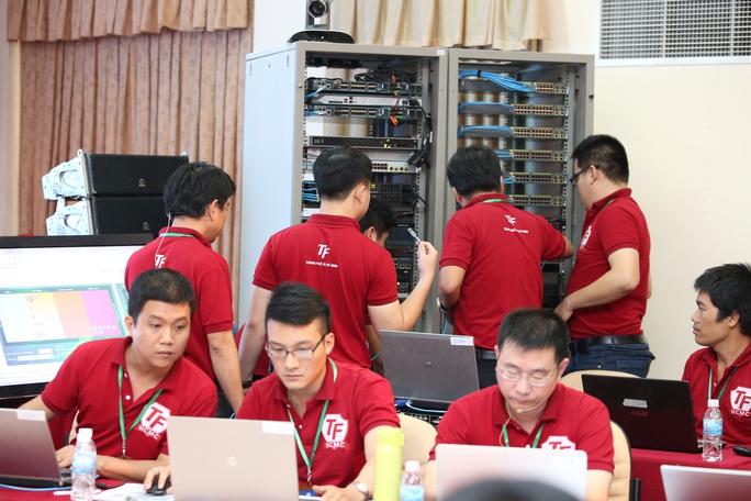 Các chuyên gia bảo mật diễn tập bảo vệ hệ thống thông tin TP HCM tại Công viên Phần mềm Quang Trung. Ảnh: Chánh Trung.
