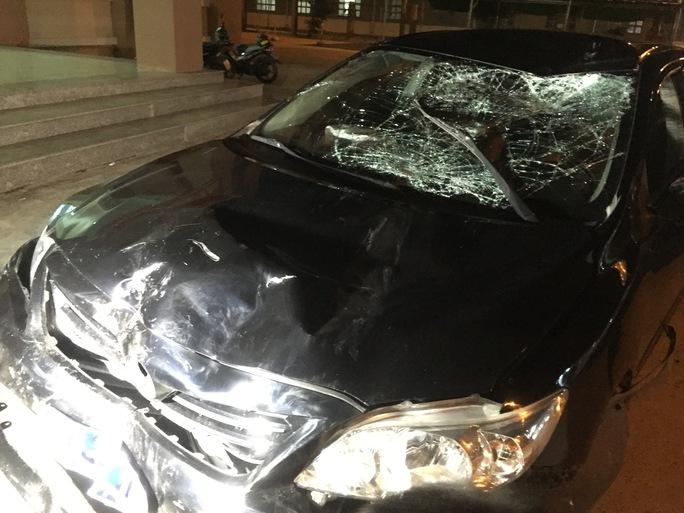 Chiếc xe biển số xanh mà Dũng khai gây tai nạn bị biến dạng phần đầu, kính xe