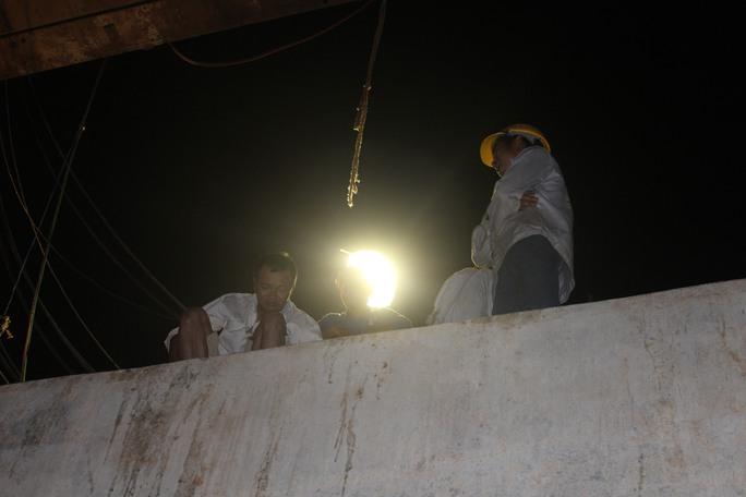 Nhiều cán bộ, công nhân bám trụ về đêm trên công trường