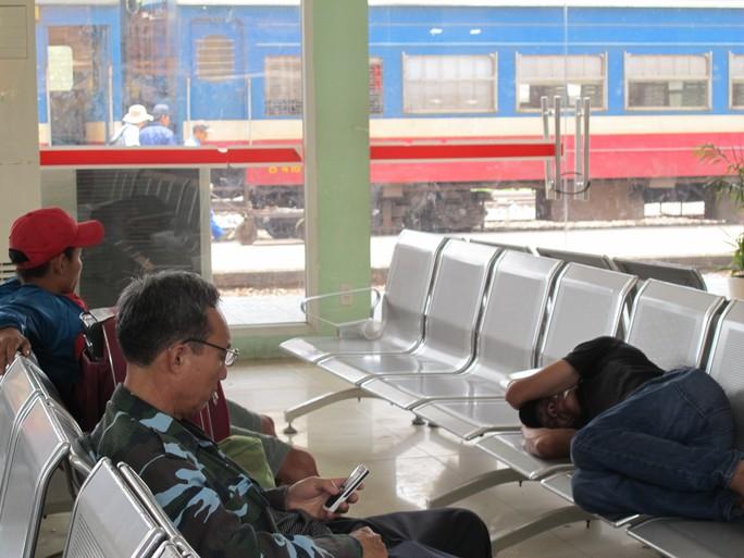 Hành khách đợi lên tàu từ ga Biên Hòa