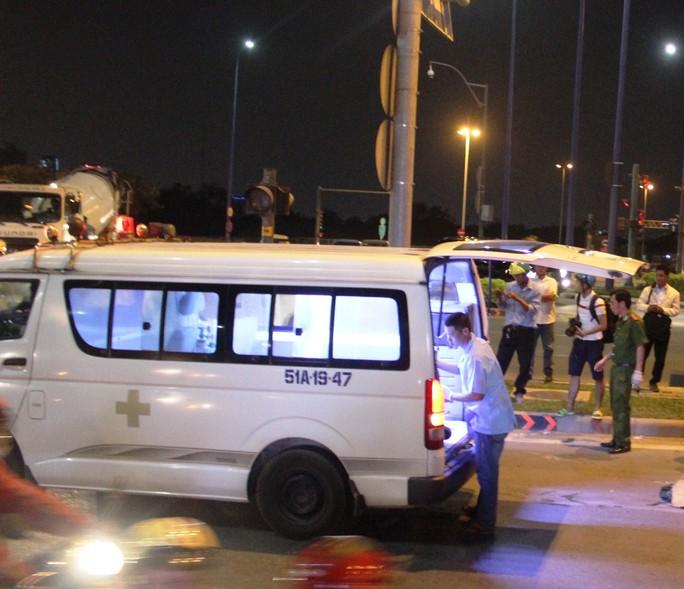 Thi thể nạn nhân được đưa khỏi hiện trường