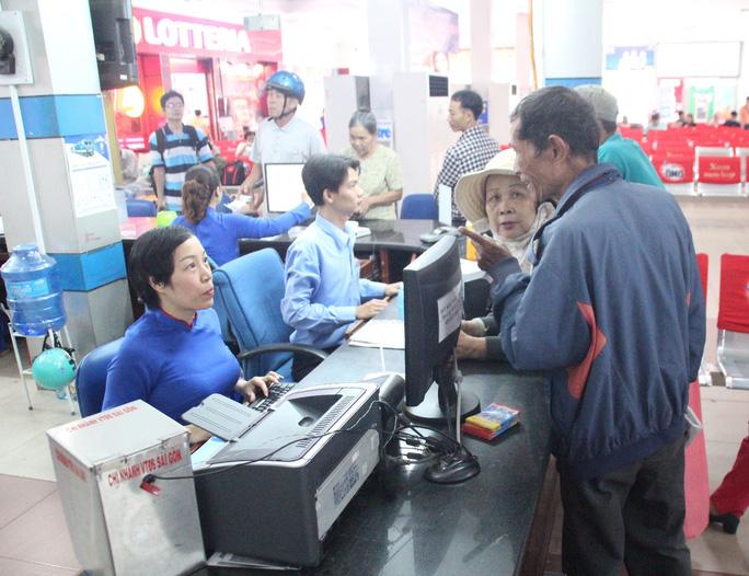 Hành khách mua vé tàu tại ga Sài Gòn (TP HCM)