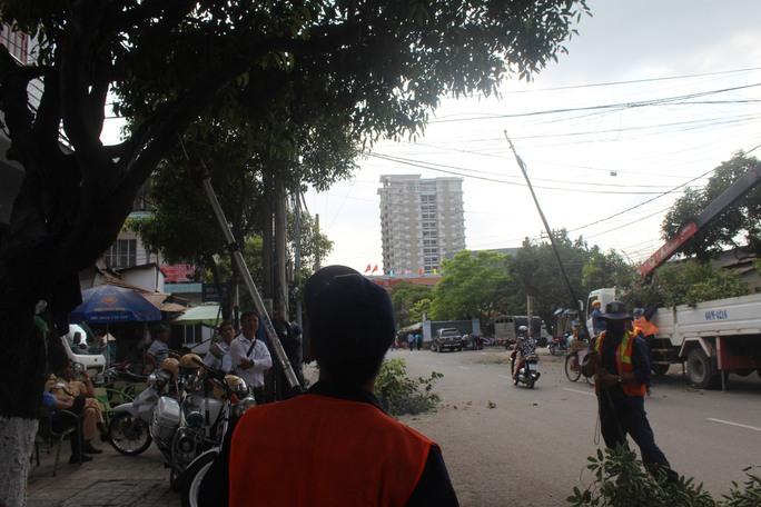 Dọn dẹp trước cổng ga Biên Hòa