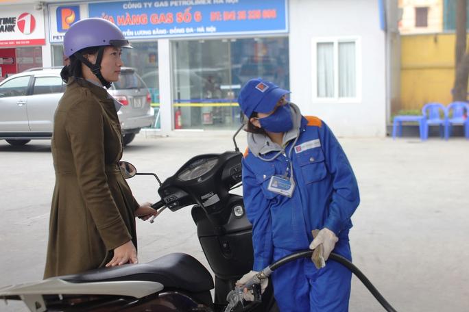 Giá xăng RON 92 chỉ còn 13.750 đồng/lít - Ảnh: Nguyễn Hưởng