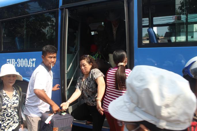 Khách trung chuyển đến ga Biên Hòa khá tấp nập sáng 21-3