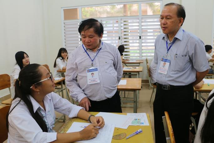 Thứ trưởng Bùi Văn Ga (đứng bìa trái) đang kiểm tra công tác coi thi tại 1 điểm thi thuộc cụm thi số 59 của tỉnh An Giang trong sáng 2-7.