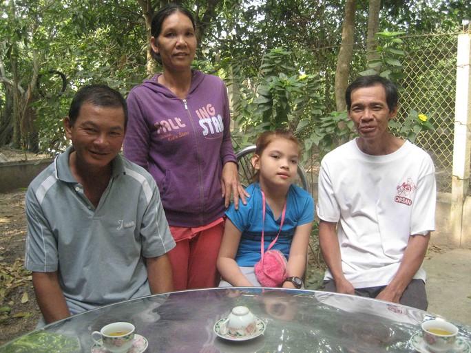 Ông Bảo Tài (ngoài cùng bên trái) tỏ ra vui mừng khi con gái duy nhất của mình (thứ 3 từ trái sang) đã ngồi được