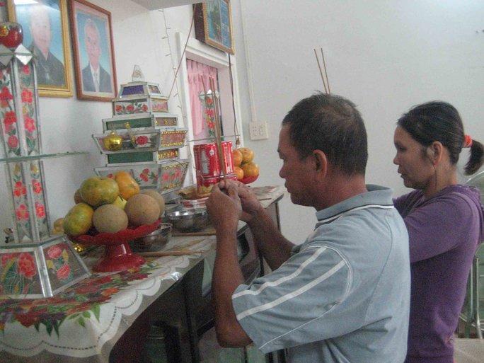 Vợ chồng ông Bảo Tài khấn vái bên bàn thờ vua Thành Thái và hoàng tử Vĩnh Giu