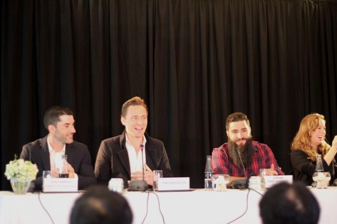 Tom Hiddleston (thứ 2 từ trái qua) gây phấn khích khi phát biểu bằng tiếng Việt