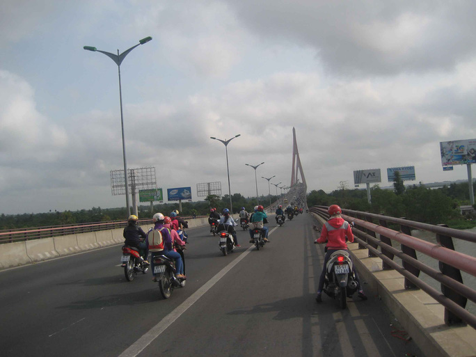 Dòng người hối hả lên cầu Cần Thơ, hướng về TP HCM trong sáng ngày 14-2