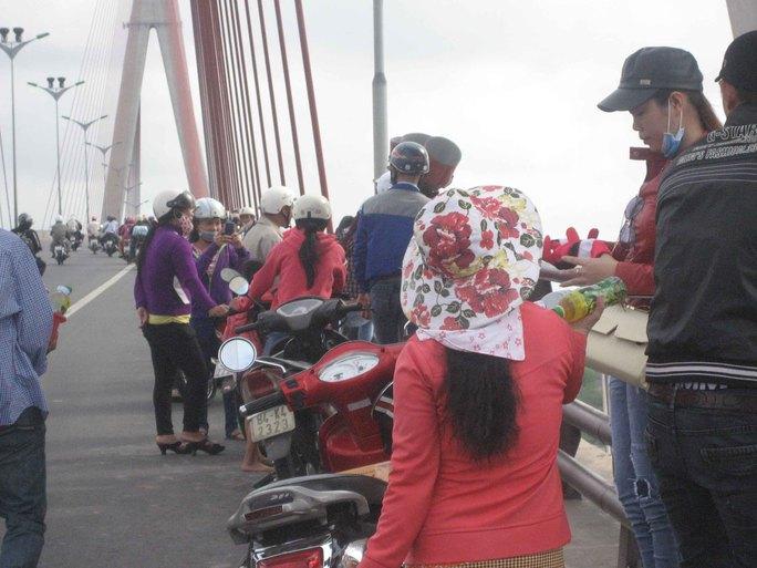 Hàng rong đeo bám người tụ tập trên cây cầu dây văng