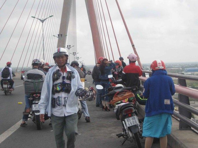 Hàng trăm người tụ tập trên mặt cầu Cần Thơ, chiếm hết làn dành cho xe gắn máy