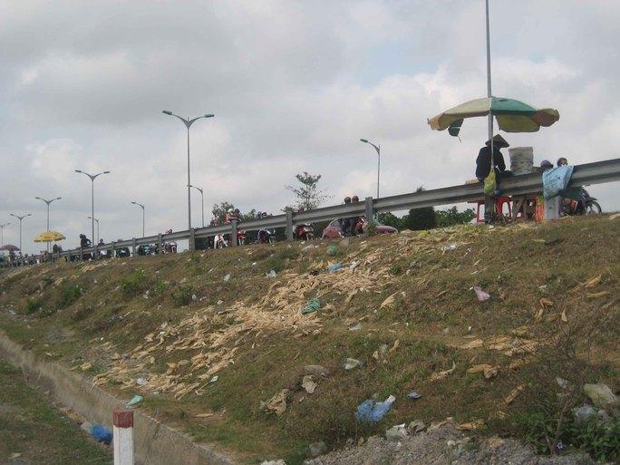 Vỏ bắp nấu vứt đầy trên đường và bên vách đường dẫn cầu Cần Thơ