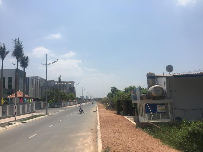 Trụ sở công an (bên trái) và quán của ông Tấn nằm đối diện.