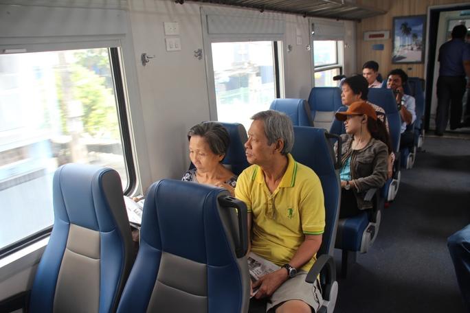 Hành khách đi trên tuyến tàu lửa ngoại ô
