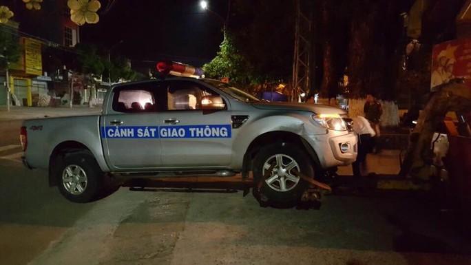 Chiếc xe của lực lượng CSGT bị hư hỏng không thể di chuyển.