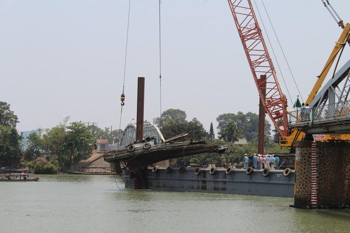 Công tác trục vớt, cứu hộ tại cầu Ghềnh diễn ra trong nhiều ngày liền