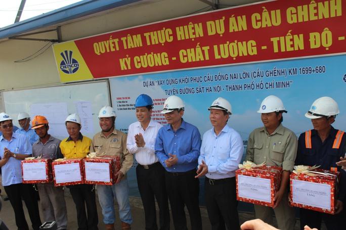 Bộ trưởng tặng quà, động viên công nhân trên công trường cầu Ghềnh