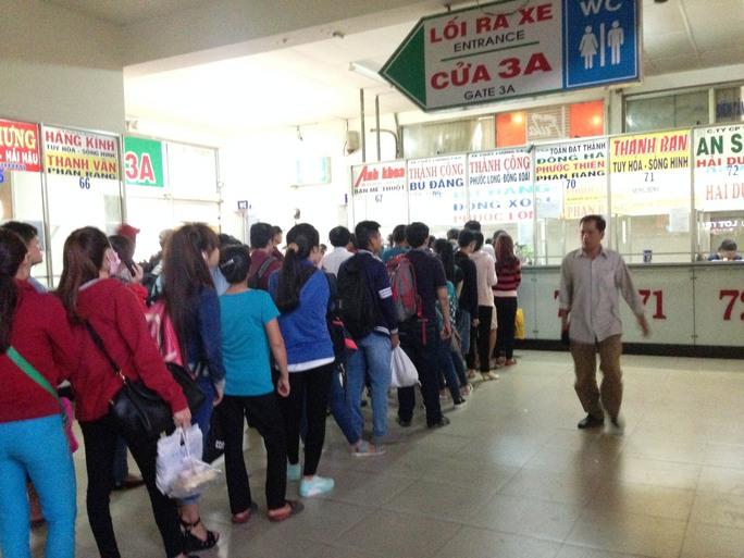 Hành khách xếp hàng mua vé trong dịp lễ 30-4-2016 tại Bến xe Miền Đông