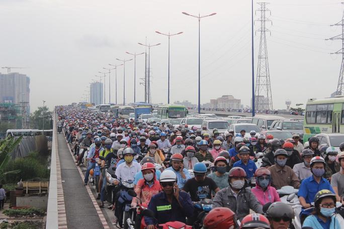 Cầu Sài Gòn 2 cũng ken cứng các phương tiện (ảnh: G.M)