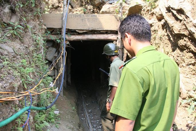Hầm vàng nơi xảy ra vụ chết người nằm sát bên trung tâm huyện nhưng địa phương nói không biết