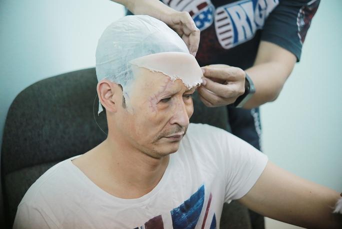 Huy Khánh bắt đầu hóa trang