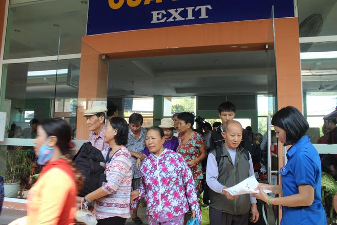 Khách đi tàu ở ga Biên Hòa sáng 15-5