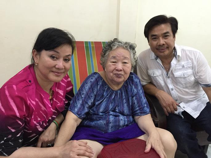 Vợ chồng NS Cẩm Thu - Philip Nam và vợ của cố soạn giả NSND Viễn Châu - bà Nguyễn Thị Đạo