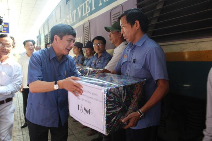 Chủ tịch Tổng Liên đoàn Lao động Việt Nam tặng quà cho các cán bộ, nhân viên ở ga Biên Hòa