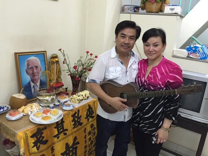 Vợ chồng NS Philip Nam - Cẩm Thu bên bàn thờ cố soạn giả Viễn Châu