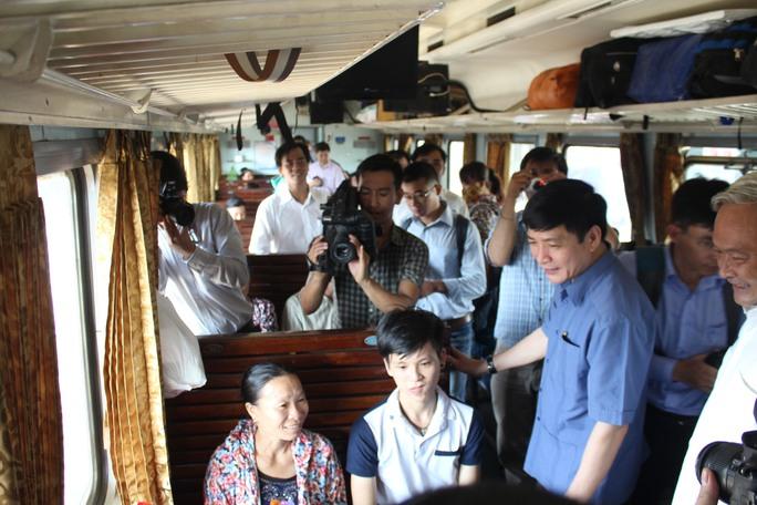 Ông Bùi Văn Cường hỏi thăm một số hành khách trên tàu