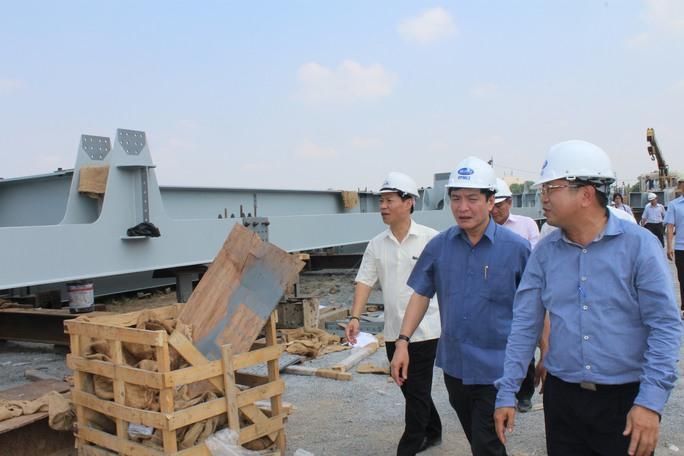Chủ tịch Tổng Liên đoàn lao động Việt Nam Bùi Văn Cường (áo xanh ở giữa) cùng đoàn công tác thăm công trường cầu Ghềnh