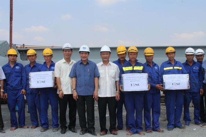 Chụp ảnh lưu niệm với các công nhân trên công trường