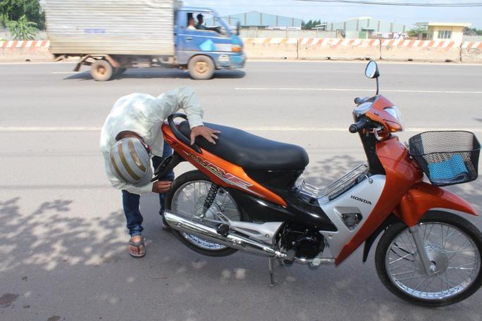 Trong môt buổi sáng gần đây, chỉ chưa đầy 30 phút, phóng viên Báo Người Lao Động ghi nhận có đến 5 trường hợp xe máy bị cán đinh trên đoạn đường ngắn thuộc xã Tam Phước, TP Biên Hòa, tỉnh Đồng Nai