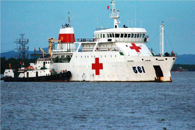 Tàu y tế Bệnh viên HQ-561 đã cập cảng Hải quân 128 để đưa thi thể các thành viên phi hành đoàn CASA-212 về đất liền