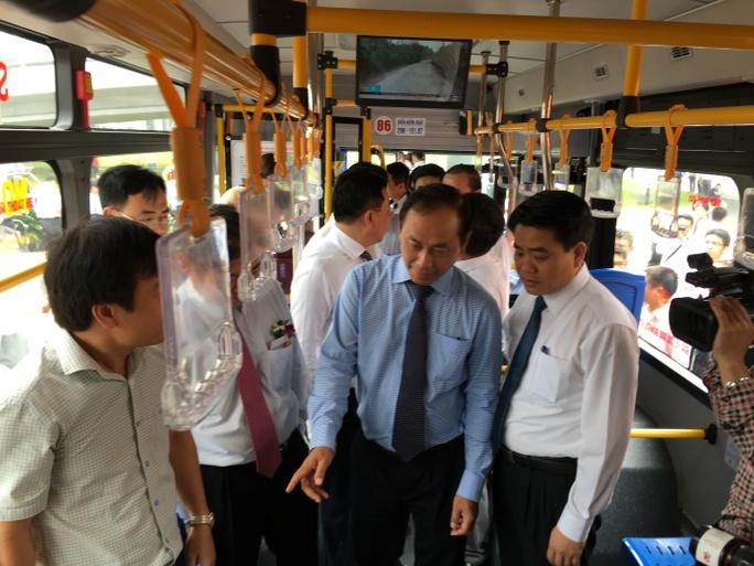 Lãnh đạo Bộ GTVT, TP Hà Nội đi xe buýt chất lượng cao khai trương sáng 30-4 - ảnh: Thanh Bình