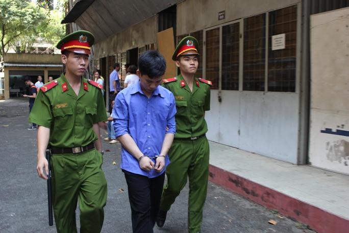 Nguyễn Cao Trí bị dẫn giải ra xe về trại giam