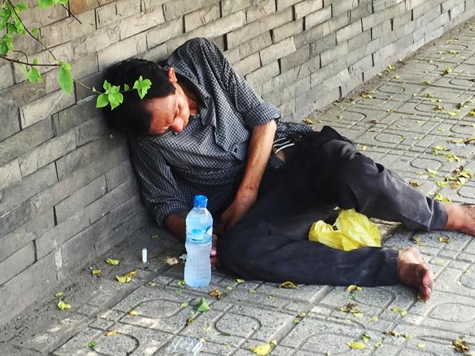 Đối tượng nghiện đang vật vờ, cầm kim tiêm quơ qua lại ngay đường Cộng Hoà (quận Tân Bình) khiến người dân lo sợ