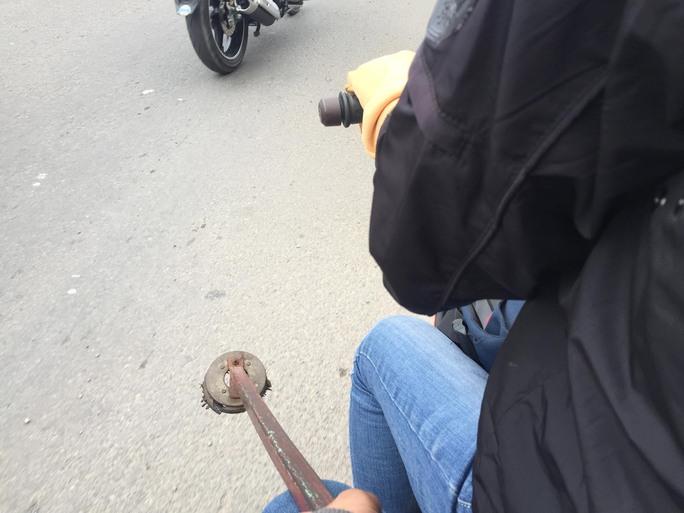 Chiều 5-6, phóng viên đã thử dùng nam châm để hút đinh trên Quốc lộ 1, đoạn từ rạch Bà Cả Bốn đến cầu An Phú Đông (quận 12) thu về một lượng lớn đinh.