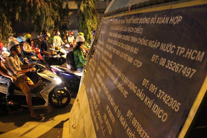 Người dân phản ánh những đơn vị thi công trên đường Đỗ Xuân Hợp (quận 9) khá chậm chạp.