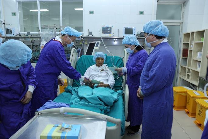 Bộ trưởng Bộ Công an Tô Lâm (trái) và Bộ trưởng Bộ Y tế Nguyễn Thị Kim Tiến (phải) thăm và chúc mừng bệnh nhân ghép tim thành công