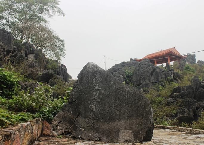 Thanh kỳ khả ái - 4 từ bằng chữ Hán tạc vào tảng đá trên đường lên động Hồ Công. Trong nhiều ghi chép và bản dịch, đây là bút tích của vua Lê Thánh Tông