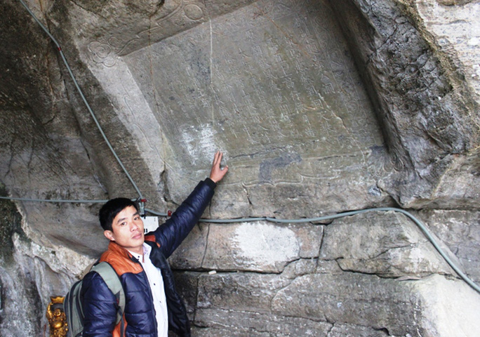 Bút tích được cho là cổ nhất khắc bài thơ của vua Lê Thánh Tông sáng tác vào năm Hồng Đức thứ 7 (1463), khi nhà vua ghé thăm động