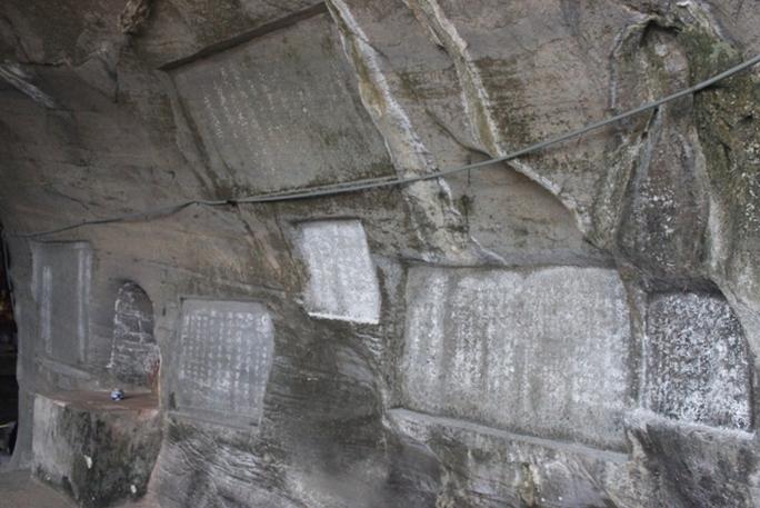 Phía trong Động Hồ Công có rất nhiều bài thơ của vua Lê, chúa Trịnh và nhiều danh sĩ khắc trên đá khi tới đây