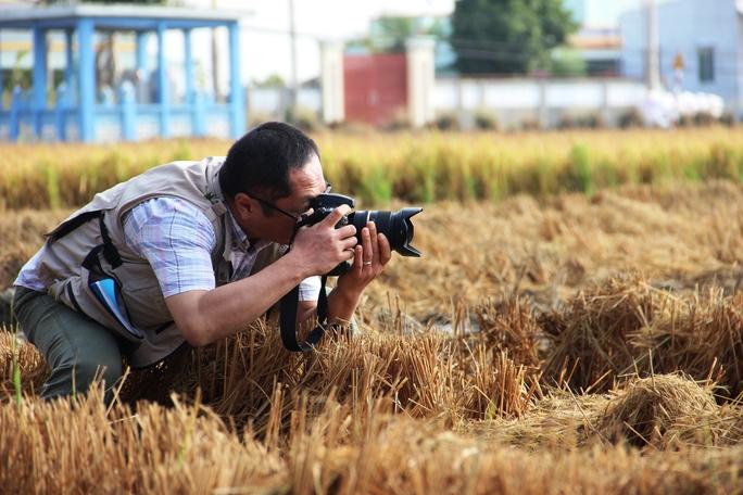 Ông Murayama Yasufumi - phóng viên Nhật đang ghi nhận tình hình hạn, mặn ở Tiền Giang