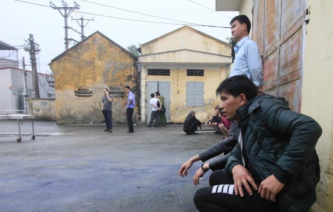 Người nhà bệnh nhân Nguyễn Văn Riệu bàng hoàng trước sự tử vong của người thân